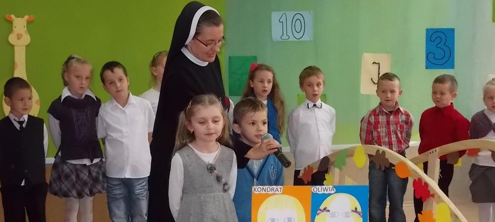 siostra z dziećmi w wieku szkolnym