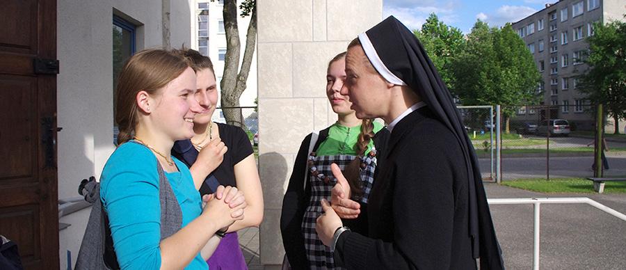 szdjęcie siostry rozmawiającej z młodzieżą