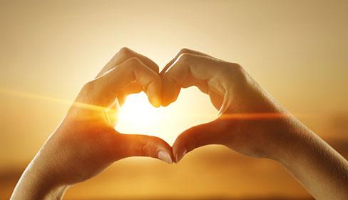 zdjęcie dłoni ułożonych w kształt serca